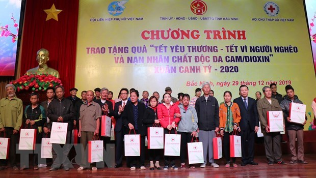 Deputy PM presents Tet gifts to needy people hinh anh 1