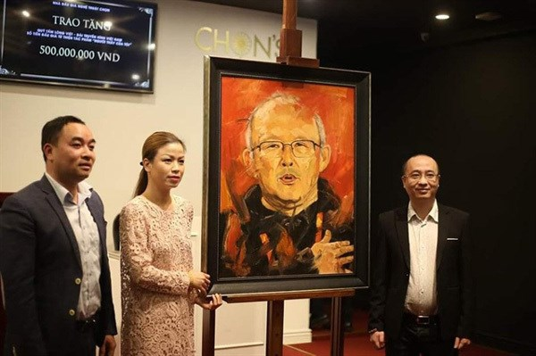 Portrait of coach Park Hang-seo fetches 12,000 USD for charity hinh anh 1