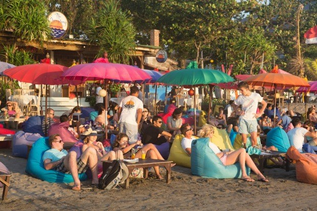 Tourists flock to Bali to celebrate New Year's Eve hinh anh 1