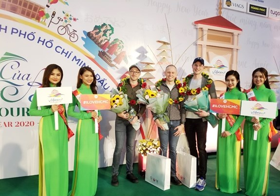 First foreign visitors of 2020 arrive in HCM City hinh anh 1
