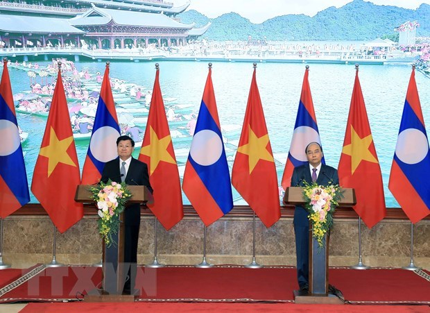 Vietnamese, Lao PMs: inter-gov't committee meeting a success hinh anh 1