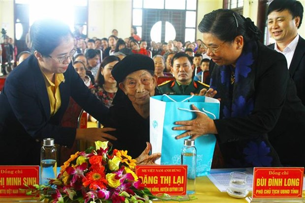 NA Vice Chairwoman presents Tet gifts to Nghe An people hinh anh 1