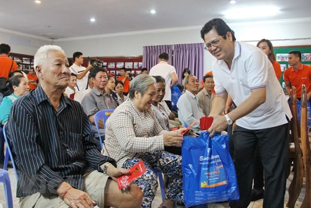 Sacombank presents gifts to poor Vietnamese in Cambodia hinh anh 1
