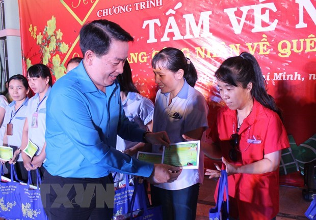 HCM City: Disadvantaged workers gifted tickets to return home for Tet hinh anh 1