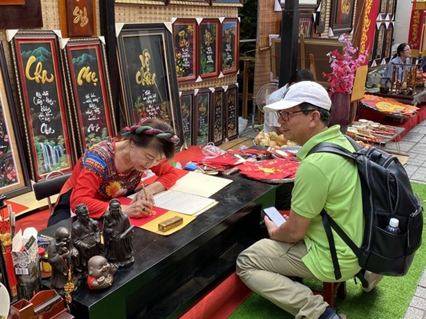 HCM City's residents flock to Tet calligraphy markets hinh anh 1
