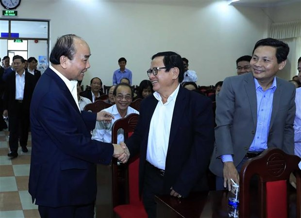PM Phuc meets with former officials of central region hinh anh 1
