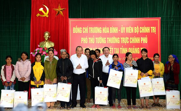 Officials present Tet gifts to poor people, disadvantaged children hinh anh 1