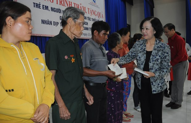 Officials present Tet gifts to poor people, disadvantaged children hinh anh 2