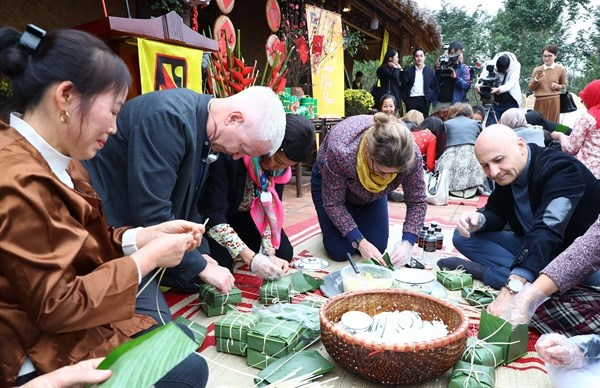Foreign diplomatic corps explore Vietnamese traditional Tet hinh anh 1