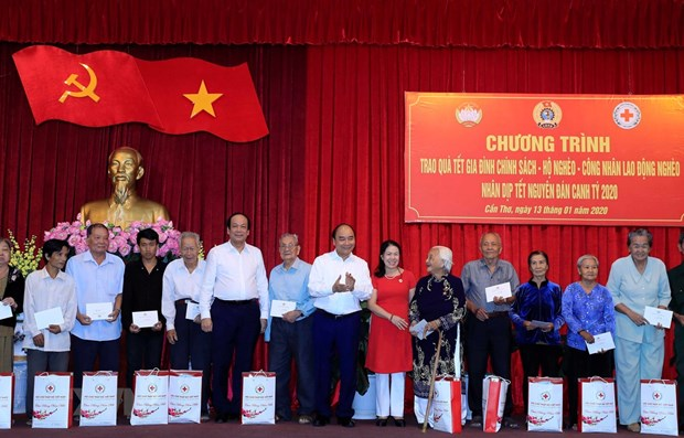 PM presents Tet gifts to policy beneficiary, poor households in Can Tho hinh anh 1