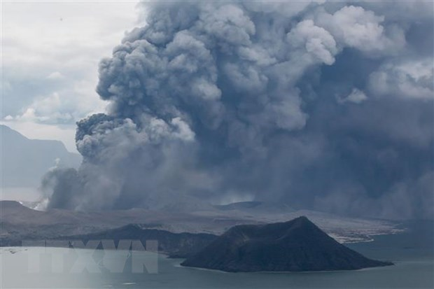 Philippines: Taal volcano erupts, prompting villagers to flee hinh anh 1
