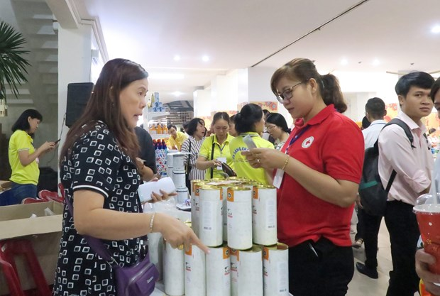 HCM City's Red Cross Society supports poor people ahead of Tet hinh anh 1