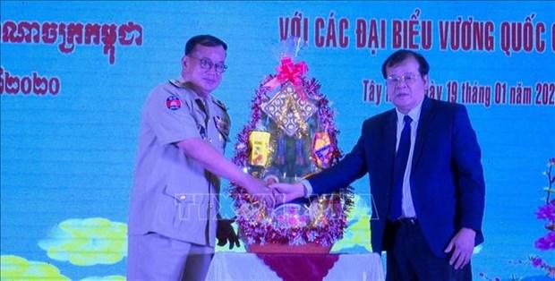 Cambodian border officials pay Tet visit to Tay Ninh hinh anh 1