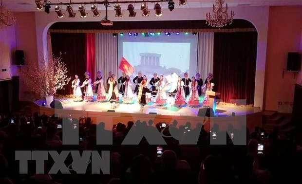 Vietnamese people abroad gather for Tet hinh anh 1