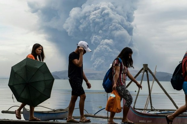 Philippines cracks down on evacuation as volcano recharges hinh anh 1