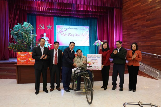Party official presents Tet gifts to wounded soldiers in Bac Ninh hinh anh 1