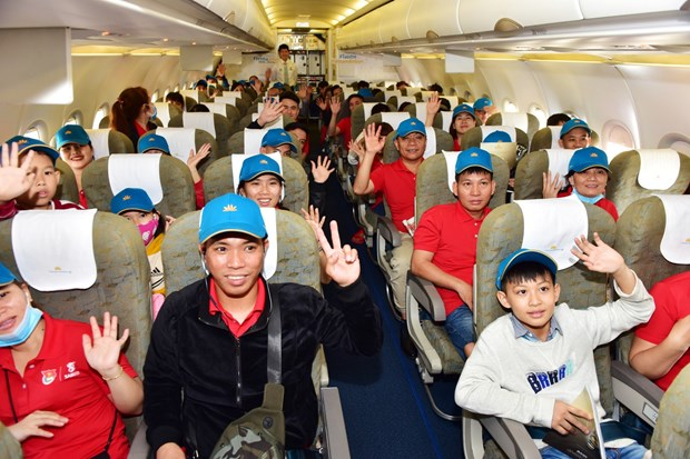 Vietnam Airlines flies outstanding workers home for Tet hinh anh 1