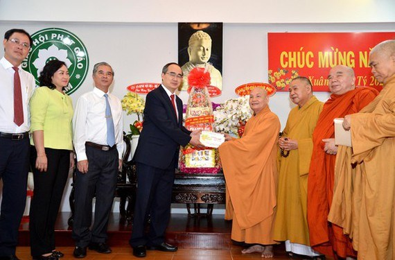 HCM City leader commends religious dignitaries during pre-Tet visits hinh anh 1