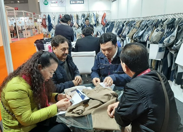 Vietnamese firms look for garment supplies in India hinh anh 1