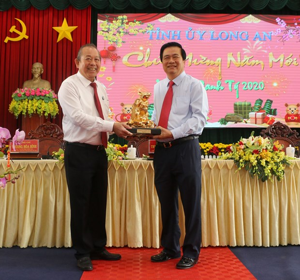 Deputy PM Truong Hoa Binh pays Tet visit to Long An province hinh anh 1