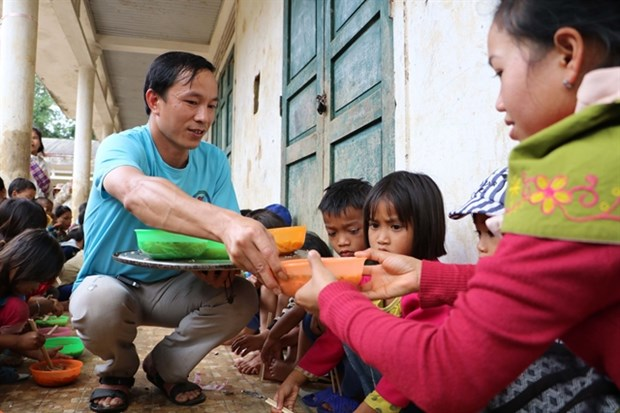 Teacher spends young days on supporting poor people hinh anh 1