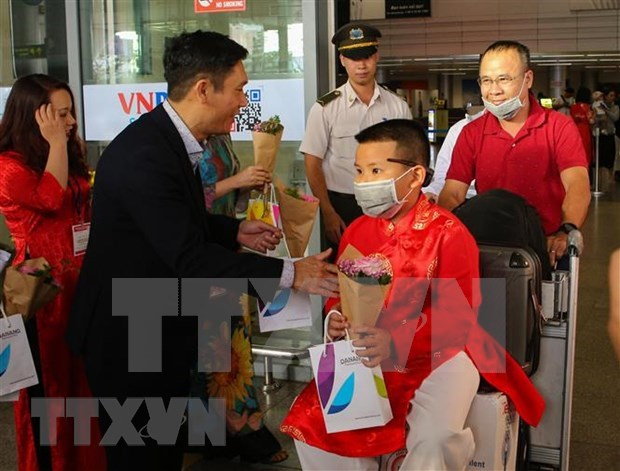 Da Nang welcomes first visitors of the lunar New Year hinh anh 1