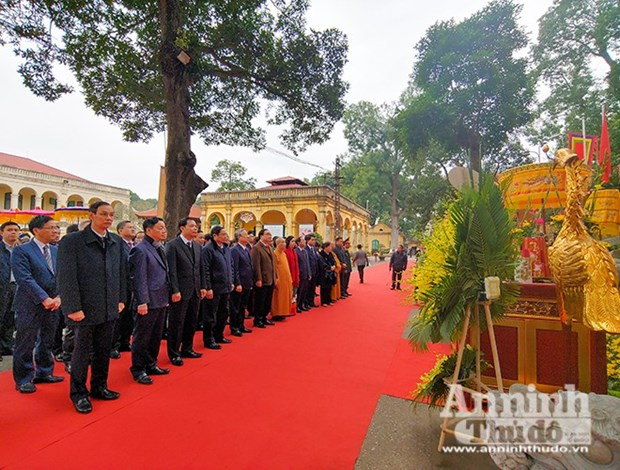 Party, State officials offer incense at Thang Long Royal Citadel hinh anh 1