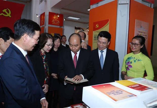 PM visits book exhibition marking Party's founding anniversary hinh anh 1