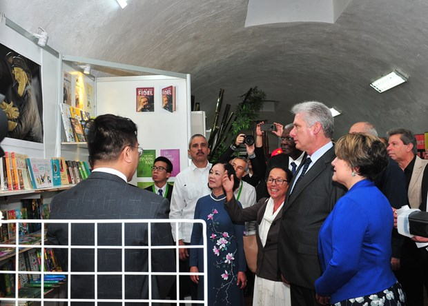 Cuban President visits Vietnam's pavilion at Havana book fair hinh anh 1