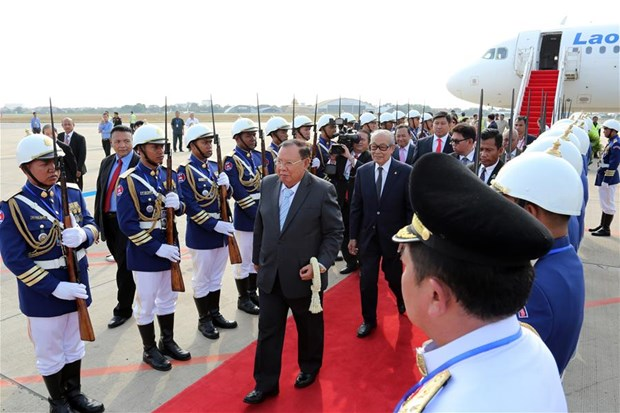 Top Lao leader pays State visit to Cambodia hinh anh 1