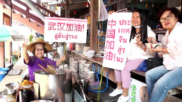 Damnoen Saduak Floating Market merchants send support to China hinh anh 1