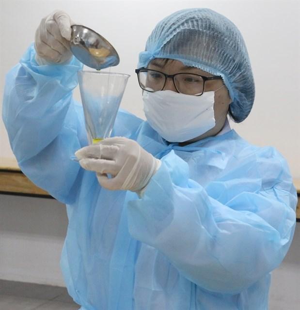 Universities make, distribute hand sanitisers to students, staff hinh anh 1