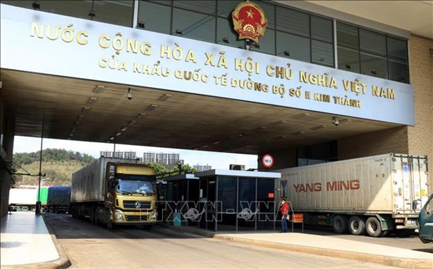 Ministry urges reduction in goods deliveries via border checkpoints with China hinh anh 1