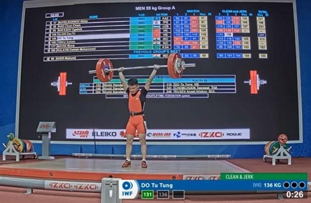 Vietnamese lifter wins big, sets world record at Asian championships hinh anh 1