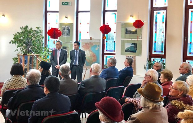 Photos, sculpture works on Vietnam held in Hungary hinh anh 1
