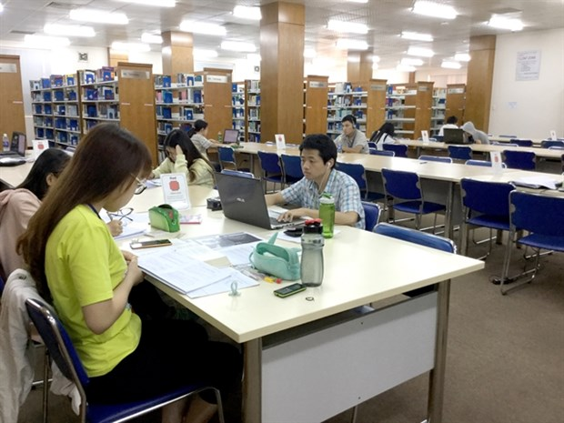 Many HCM City universities offer programmes in English hinh anh 1