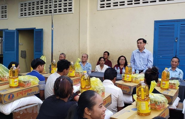 Vietnamese Embassy in Cambodia supports fire victims hinh anh 1