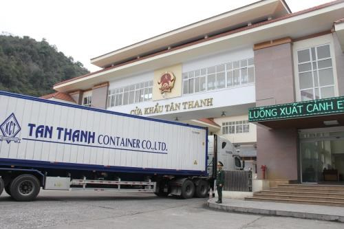 More Vietnam-China border crossings reopen to ease congestion hinh anh 1