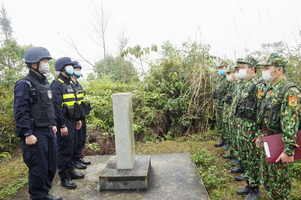 Border forces of Vietnamese, Chinese provinces hold joint patrol hinh anh 1