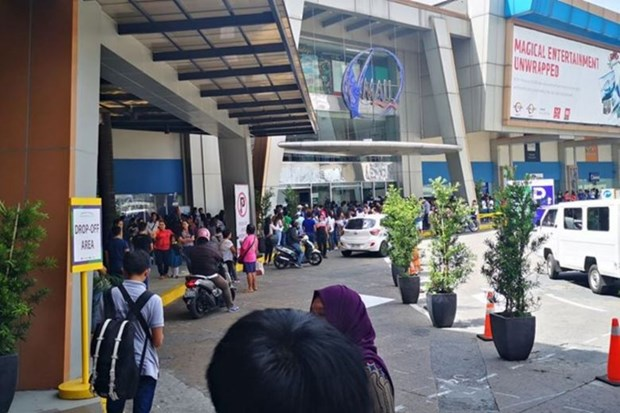 Dozens held hostage at Manila mall hinh anh 1