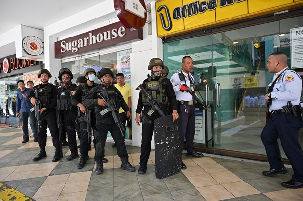 Gunman surrenders, all hostages released in Manila incident hinh anh 1