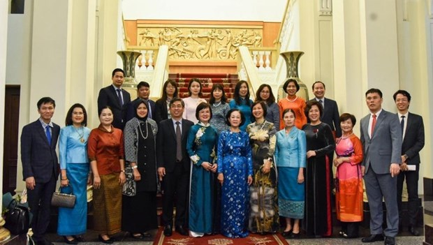 Mass mobilisation official receives ASEAN women delegation hinh anh 1