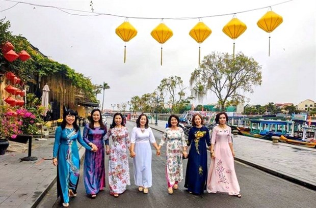 Women encouraged to wear Ao dai for week-long cultural event hinh anh 1