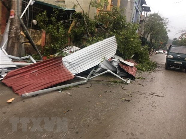 Whirlwinds, hailstorms cause serious damage to northern provinces hinh anh 1