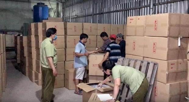 Over 1 million medical masks of unknown origin seized hinh anh 1