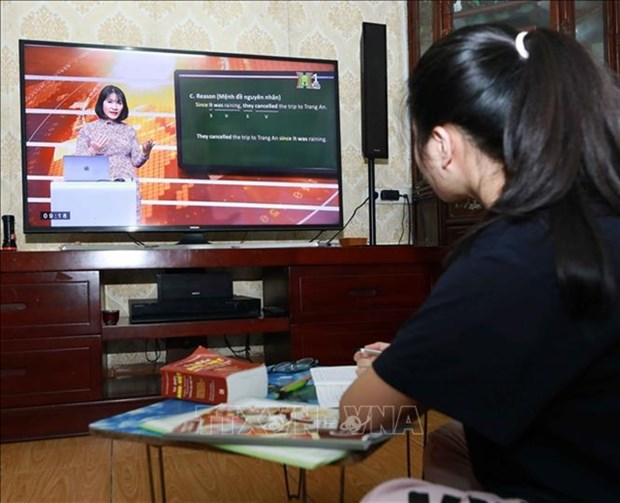 Hanoi broadcasts lessons on TV as schools remain shut hinh anh 1