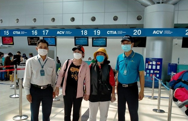 Vietnam Airlines carries nearly 600 passengers finishing quarantine for free hinh anh 1
