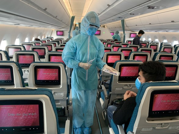 Health Ministry announces two more flights with COVID-19 cases hinh anh 1