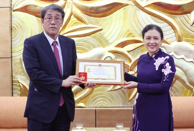 Japanese outgoing ambassador honoured hinh anh 1