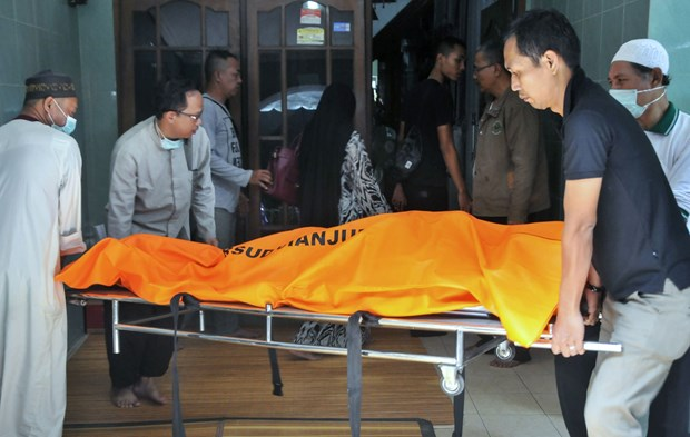 Three doctors in Indonesia, one in Malaysia die from COVID-19 hinh anh 1